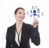 Jeune femme d'affaires sélectionnant les amis en ligne virtuels Photos stock
