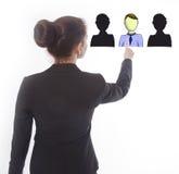 Jeune femme d'affaires sélectionnant les amis en ligne virtuels d'isolement photos libres de droits
