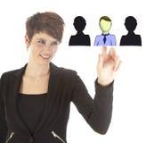 Jeune femme d'affaires sélectionnant les amis virtuels d'isolement Photos libres de droits