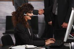 Femme d'affaires employant le compter de bureau image libre de droits