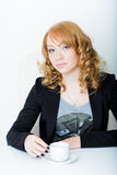 Jeune femme d'affaires s'asseyant au bureau de travail Images stock