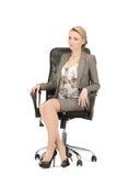 Jeune femme d'affaires s'asseyant dans la présidence Photographie stock