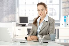 Jeune femme d'affaires s'asseyant dans le bureau lumineux Photos stock