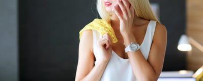 Jeune femme d'affaires s'asseyant sur le bureau avec avec la tasse Photo libre de droits
