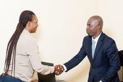 Jeune femme d'affaires saluant son collègue au bureau Image libre de droits