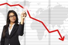 Jeune femme d'affaires se dirigeant dans un graphique de gestion photographie stock libre de droits