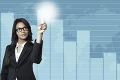 Jeune femme d'affaires se dirigeant dans un graphique de gestion images stock