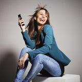 Jeune femme d'affaires souriant avec le téléphone intelligent images stock