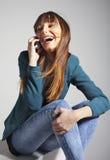 Jeune femme d'affaires souriant avec le téléphone intelligent photo libre de droits