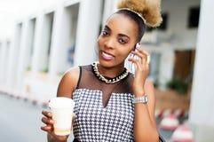 Jeune femme d'affaires souriant dans la communication Image libre de droits