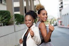 Jeune femme d'affaires souriant de nouveau au dos image libre de droits