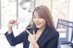 Jeune femme d'affaires souriant et pensant au travail de projet à o images libres de droits