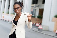 Jeune femme d'affaires souriant tenant une carte de crédit Images libres de droits