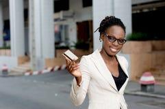 Jeune femme d'affaires souriant tenant une carte de crédit Photos stock