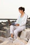 Jeune femme d'affaires sur la plage images stock