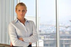 Jeune femme d'affaires sur le contact Photographie stock libre de droits