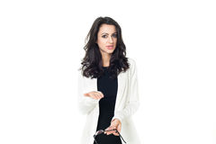 Jeune femme d'affaires sur le fond blanc Images stock