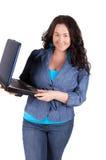 Jeune femme d'affaires sur un ordinateur portatif photo stock