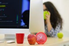 Jeune femme d'affaires sur une pause-café Utilisant l'ordinateur Photo stock