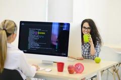 Jeune femme d'affaires sur une pause-café Utilisant l'ordinateur photographie stock