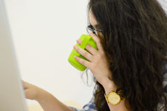 Jeune femme d'affaires sur une pause-café Utilisant l'ordinateur photographie stock libre de droits