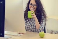 Jeune femme d'affaires sur une pause-café Utilisant l'ordinateur photos stock
