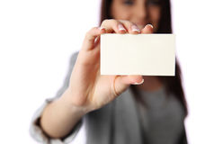 Jeune femme d'affaires tenant la carte de visite professionnelle vierge de visite Photos stock