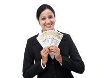 Jeune femme d'affaires tenant la devise indienne photographie stock libre de droits