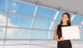 Jeune femme d'affaires tenant le livre blanc Images stock