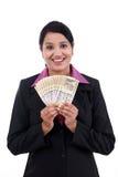 Jeune femme d'affaires tenant les notes indiennes de devise Photos stock