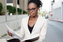 Jeune femme d'affaires tenant un dossier dehors Image stock