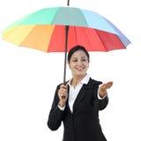 Jeune femme d'affaires tenant un parapluie photo libre de droits