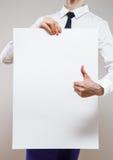 Jeune femme d'affaires tenant une affiche blanche et SH méconnaissables Image libre de droits