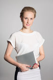 Jeune femme d'affaires tenant une tablette Photo stock
