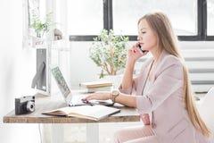 Jeune femme d'affaires travaillant à la maison Espace de travail scandinave créatif de style images libres de droits
