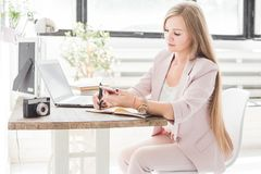 Jeune femme d'affaires travaillant à la maison Espace de travail scandinave créatif de style photographie stock libre de droits