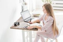 Jeune femme d'affaires travaillant à la maison Espace de travail scandinave créatif de style photographie stock
