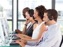 Jeune femme d'affaires travaillant à un centre d'attention téléphonique Photo stock