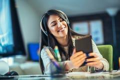 Jeune femme d'affaires travaillant à un comprimé numérique image stock