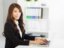 Jeune femme d'affaires travaillant avec l'ordinateur portatif Image stock