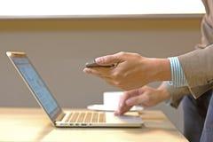 Jeune femme d'affaires travaillant avec les dispositifs modernes, comprimé numérique image libre de droits