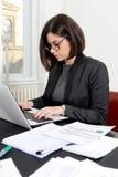 Jeune femme d'affaires travaillant dans le bureau Photo stock