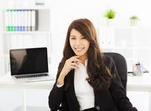 Jeune femme d'affaires travaillant dans le bureau Photographie stock libre de droits