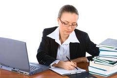 Jeune femme d'affaires travaillant dans le bureau Image stock