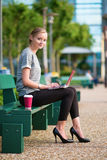 Jeune femme d'affaires travaillant sur son ordinateur portatif photo libre de droits