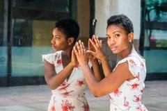 Jeune femme d'Afro-américain avec la coiffure Afro courte, se tenant image libre de droits
