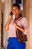 Jeune femme d'Afro-américain avec les cheveux Afro courts fonctionnant dans nouveau Photographie stock libre de droits