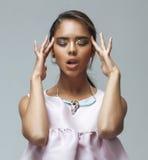 Jeune femme d'afro-américain de beauté avec la mode Image libre de droits