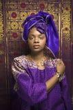Jeune femme d'Afro-américain en Afrique traditionnelle Photos stock