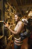 Jeune femme d'Afro-américain parcourant dans une mémoire Images stock